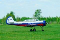 L'aeroplano Yak-52 del pilotaggio decolla Fotografia Stock Libera da Diritti