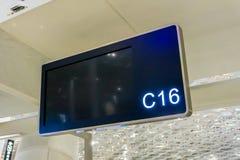 L'aeroporto controlla il contro tabellone per le affissioni fotografie stock libere da diritti
