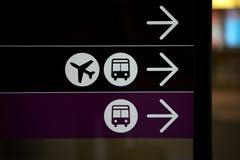 L'aeroporto ed il bus, la corsa e l'aereo firmano Fotografia Stock