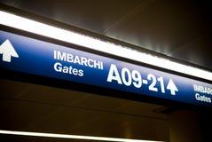 L'aeroporto gates i segni Fotografia Stock