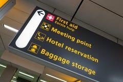 L'aeroporto internazionale Schiphol con gli arrivi e le partenze moderni firma in inglese fotografia stock libera da diritti
