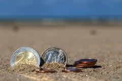 L'affare conia alla festa nella sabbia sulla spiaggia, Mare del Nord Immagine Stock