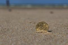 L'affare conia alla festa nella sabbia sulla spiaggia, Mare del Nord Immagine Stock Libera da Diritti