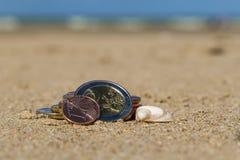 L'affare conia alla festa nella sabbia sulla spiaggia, Mare del Nord Immagini Stock Libere da Diritti