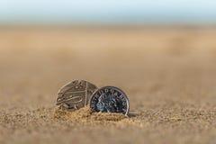 L'affare conia alla festa nella sabbia sulla spiaggia, Mare del Nord Fotografia Stock