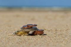 L'affare conia alla festa nella sabbia sulla spiaggia, Mare del Nord Immagini Stock