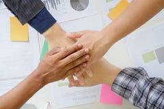 l'affare coopera unire delle mani sulla scrivania Fotografie Stock