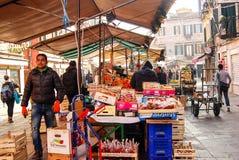 L'affare della gente fruttifica in un mercato di streetside a Venezia, Italia Fotografia Stock