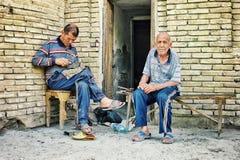 l'affare della riparazione della scarpa si è aperto sulla via davanti alla loro casa in uno stile centroasiatico fotografia stock