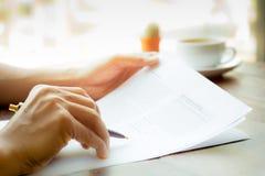 L'affare equipaggia la penna di tenuta della mano sopra la carta di accordo Fotografie Stock Libere da Diritti