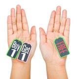 L'affare 1 ottiene 1 etichetta dell'etichetta sulla mano delle donne isolata su fondo bianco Fotografia Stock Libera da Diritti