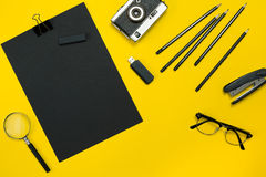 L'affichage plat de configuration des instruments de local commercial avec le bloc-notes, appareil-photo de vintage, stylo, se dé Photos libres de droits