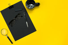L'affichage plat de configuration des instruments de local commercial avec le bloc-notes, tasse, stylo, se développent, des verre Photographie stock libre de droits