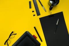 L'affichage plat de configuration des instruments de local commercial avec le bloc-notes, tasse, stylo, se développent, des verre Image libre de droits