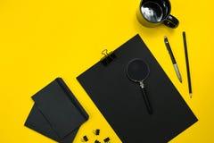 L'affichage plat de configuration des instruments de local commercial avec le bloc-notes, tasse, stylo, se développent, des verre Photos stock