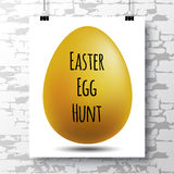 L'affiche avec une chasse manuscrite à oeufs d'expression-Pâques et l'or egg Image libre de droits