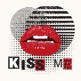 L'affiche décorative de typographie m'embrassent Lèvres rouges sur un fond grunge Peut être imprimé sur le T-shirts, sacs, affich Photos libres de droits