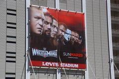 L'affiche de Wrestlemania 31 se connectent le côté du bâtiment de Levi Stadium Photo stock