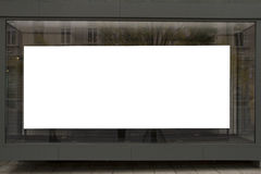 L'affiche vide dans la fenêtre sur le premier étage du bâtiment, raillent  Image stock