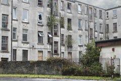 L'affitto economico dei vecchi appartamenti abbandonati dell'alloggio taglia l'Inghilterra BRITANNICA pronta ad essere abbattutoe Fotografia Stock