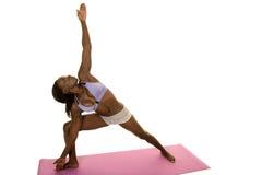 L'affondo porpora del reggiseno di forma fisica afroamericana della donna raggiunge su Immagine Stock Libera da Diritti