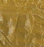 L'affrancatura dell'imballaggio del frammento carta marrone completamente incollata con nastro adesivo giallo Fotografie Stock