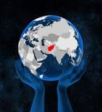 L'Afghanistan sur le globe dans des mains Illustration Libre de Droits