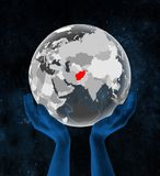 L'Afghanistan sur le globe translucide dans des mains Illustration Libre de Droits