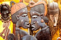 L'Africain handcraft les visages de profil découpés par bois Images libres de droits