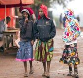 L'Africain trois a mal habillé de jeunes filles sur les rues à Arusha Photo stock
