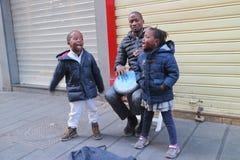 L'Africano gioca il bongo Fotografia Stock