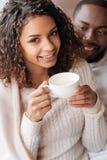 L'Afro-américain de sourire couplent avoir la date dans le café Photographie stock libre de droits