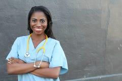 L'Afro-américain heureux a fait confiance à docteur Woman d'isolement sur le fond gris avec l'espace de copie Photographie stock libre de droits
