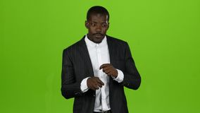L'afro-américain que le type danse dans un costume, il a des mouvements drôles Écran vert banque de vidéos