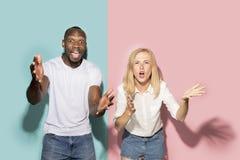L'afro ha sorpreso la partita di sport di sorveglianza delle coppie sulla TV a casa, riuscito gioco Concetto differente di emozio fotografie stock libere da diritti