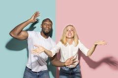 L'afro ha sorpreso la partita di sport di sorveglianza delle coppie sulla TV a casa, riuscito gioco Concetto differente di emozio immagini stock