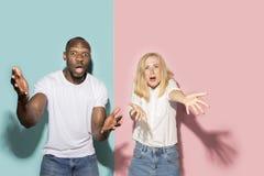 L'afro ha sorpreso la partita di sport di sorveglianza delle coppie sulla TV a casa, riuscito gioco Concetto differente di emozio fotografia stock libera da diritti