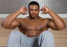 L'afroamericano che fare si siede aumenta e sgranocchia Fotografia Stock