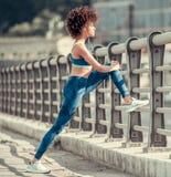 L'afroamericano mette in mostra la donna Immagini Stock