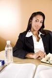 l'afroamericano nota la lettura che cattura la donna Immagine Stock