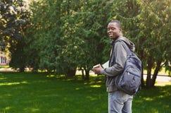 L'afroamericano studen con i libri in parco all'aperto Fotografia Stock Libera da Diritti