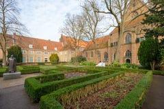 L'Agathaplein avec la statue à côté du Prinsenhof à Delft, Pays-Bas photographie stock libre de droits