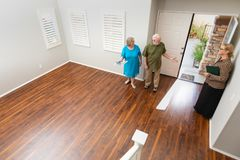 L'agent Showing Senior Adult de Real Estate couplent une nouvelle maison images stock