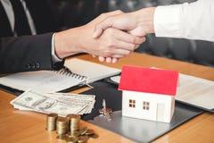 L'agente di vendita ed accordo della stretta di mano e del segno del cliente si contraggono, I immagine stock