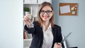 L'agente immobiliare della donna sta fornendo le chiavi ad un appartamento ai clienti stock footage