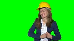 L'agente immobiliare femminile con il casco fornisce le chiavi della nuova casa ai nuovi proprietari domestici video d archivio