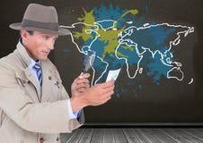 L'agente investigativo che guarda attraverso la classe d'ingrandimento con la mappa variopinta con pittura ha schizzato il fondo  Fotografie Stock