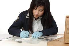 L'agente investigativo legale della polizia documenta la prova Immagine Stock