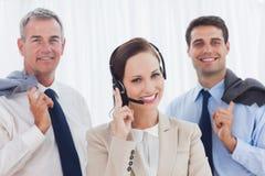 L'agente sorridente della call center che posa con il suo lavoro team Fotografie Stock Libere da Diritti