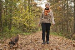 L'ager moyen fait un tour avec le chien photo stock